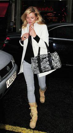 Si hay una musa esa es Kate Moss! Nos encanta cómo combina su outfit con un bolso de cebra. ¡Ideal!