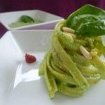 Pasta al pesto leggero di spinaci novelli, yogurt greco e pinoli