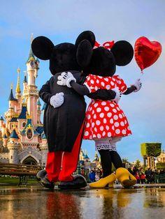 Mickey and Minnie Mouse Celebrating Valentine's Day in front of the Sleeping Beauty Castle at Disneyland Paris DLP 'Le Château de la Belle au Bois Dormant' Walt Disney, Disney Parks, Deco Disney, Disney Love, Disney Mickey, Minnie Mouse Disneyland, Images Disney, Disney World Pictures, Disneyland Images