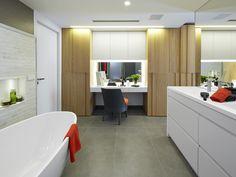 Molins Interiors // arquitectura interior - interiorismo - decoración - baño - principal - bathroom - suite - bañera - bathtub - tocador - dressing table - armario - wardrobe - roble - oak