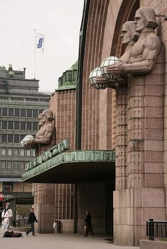 Art Deco - Central train station in Helsinki, Finland Gothic Architecture, Architecture Details, Voyager C'est Vivre, Travel Around The World, Around The Worlds, Art Nouveau Arquitectura, Visit Helsinki, Art Deco Buildings, Art Deco Design