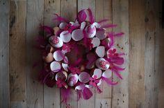 Růžový velikonoční věnec - Náš další velikonoční věnec je ozdobený skořápkami a růžovým peřím  ( DIY, Hobby, Crafts, Homemade, Handmade, Creative, Ideas, Handy hands) Christmas Wreaths, Floral Wreath, Easter, Holiday Decor, Diy, Crafts, Straws, Floral Crown, Manualidades
