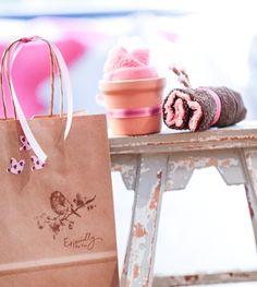 13 ideias de lembrancinhas cor-de-rosa para chá de bebê.  13 ideas of pink souvenirs for your Baby Shower.