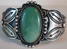 HANDSOME VINTAGE NAVAJO INDIAN STERLING SILVER ARROWS & GREEN TURQUOISE CUFF BRACELET