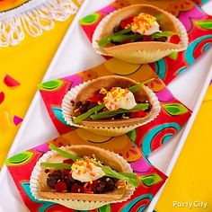 "<3 desserts that look like savory food! Make muy delicioso mini ""tacos"" out of cookies, candy and icing!"