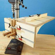 This is a great idea when you're working with side projects tools for beginners tools for sale tools homemade tools jigs tools must have tools workshop Woodworking Drill Press, Woodworking Workshop, Woodworking Projects Diy, Woodworking Jigs, Wood Projects, Woodworking Techniques, Woodworking Furniture, Best Jigsaw, Drill Press Table