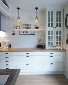 Vitrine-h ngeschr nke stapeln IKEA kitchen Ikea Bodbyn Kitchen, White Ikea Kitchen, Ikea Kitchen Cabinets, Country Kitchen, Updated Kitchen, New Kitchen, Kitchen Dining, Kitchen Decor, Kitchen Room Design