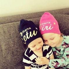 Ihana kuva, kiitos Katri!  Sisarusrakkautta ❤ 👫 Pienet Siiri ja Eetu uusissa Me We Pipoissaan.🎁 📷 🍒 #tarhapipo #mewe #mewepipo #madeinfinland #eettistä #ekologista #henkilökohtaista #ihanaa #whatsnottolike #sisarukset #pipo #pipopäähänbaby #söpöt #sisterlove #sisters #mewebeanie #ethicalgifts #organiccotton #madeinfinland #customized