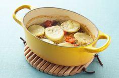 イタリア語で陶器の皿を意味する「ティエッラ」に食材を入れ、ムール貝の汁の旨みで調味するイタリア・プーリア州の古典料理。汁は塩っけがあるので味付けは控えめで。熱々でも冷め…
