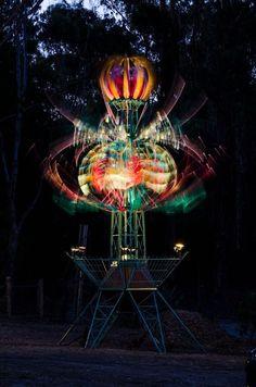 L'artiste australien Alex Sanson a créé cette sculpture cinétique qui représente une fleur géante de presque 7 mètres de haut qui respire doucement. On trouve aussi d'autres vidéos sur sa chaîne youtube dont celle ci qui montre les entrailles d'une autre sculpture cinétique : Un travail qui rappelle celui moins coloré d'Anthony Howe.