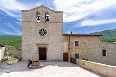 La Chiesa di San Giovanni battista, nel castello di Vallo di Nera, parrocchiale, venne costruita al culmine del castello tra il sec. XIII ed il XIV e fu parzialmente ricostruita nel sec. XVI, la data 1575 incisa all`angolo della facciata si riferisce al portale ed al rosone.