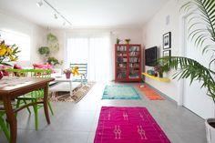 היה ברור שהדירה תהיה צבעונית ומאובזרת בהרבה פריטים, ולכן לתקרה נבחרה תאורה נקייה ובהירה של פסי צבירה וספוטים ( צילום: שירן כרמל )
