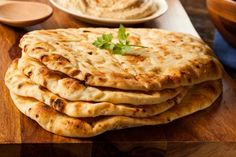 Homemade naan bread If you love the texture and taste this traditional Indian bread, then you'll be pleasantly surprised to know how simple it is to make at home. Homemade Naan Bread, Recipes With Naan Bread, Paleo Bread, Best Diet Foods, Best Diets, Indian Food Recipes, Diet Recipes, Ethnic Recipes, Garlic Naan