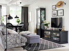 Bring mit unserer MALJÖ TV-Bank und Vitrine und dem STOCKSUND Sofa etwas Landhausstil in dein Zuhause.
