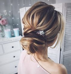 Chic messy wedding updo for straight hair to Inspire You - Fab Mood Up Hairstyles, Straight Hairstyles, Braided Hairstyles, Wedding Hairstyles, Long Haircuts, Layered Hairstyle, Hairdos, Messy Wedding Updo, Hair Wedding