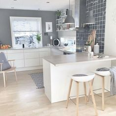 39 Exceptional Ways to Improve and Decorate with a Very Small Kitchen Design. Very Small Kitchen Design Nordic Kitchen, Scandinavian Kitchen, New Kitchen, Kitchen White, Kitchen Small, Small White Kitchens, Cosy Kitchen, Simple Kitchen Design, Quirky Kitchen