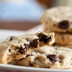 These chocolate chip cookies contain both ground oatmeal and ground walnuts, giving them a crispy and crumbly texture.