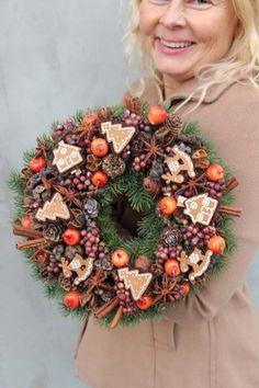 wianki świąteczne z pracowni tendom. Christmas Advent Wreath, Christmas Window Decorations, Christmas Arrangements, Christmas Centerpieces, Christmas Baubles, Christmas Colors, Holiday Wreaths, Christmas Crafts, Christmas Inspiration
