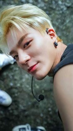 finally Hyunjin found his own 'drugs' ©mquebee_land Des…
