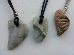 Kettinghangers gemaakt van speksteen bij www.iceno.nl Wooden Jewelry, Diy Jewelry, Jewelery, Soapstone Carving, Wood Carving, Rock Hunting, Stone Crafts, Stone Work, Whittling
