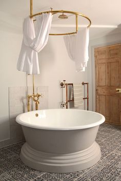 Discover Berdoulat & Breakfast, a B&B in Bath restored with delightful details on HOUSE - design, food and travel by House & Garden. Bathroom Inspo, Bathroom Inspiration, Bathroom Accesories, Shower Bathroom, Bathroom Towels, Bathroom Ideas, Round Bath, Home Interior, Master Bathrooms