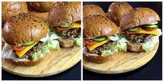 Újabb+hamburger+buci+receptet+hoztam+Nektek,+ezúttal+egy+kis+hajdinaliszttel+és+bambuszrost+liszttel+turbóztam+a+bucikat.+A+bambuszrost+liszt+amellett,+hogy+növeli+a+kész+pékárú+rosttartalmát+nagyon+jó+állagot+is+ad,+kívül+ropogós,+belül+pedig+igazán+puha,+foszlós+a+végeredmény,+még+másnap+is.