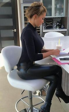 Lovely Ladies in Leather: Miscellaneous Leather Tight Pants and Shiny Leggings (Part Twenty) Fashion Vestidos, Mode Jeans, Shiny Leggings, Leather Jeans, Black Leather, Skin Tight, Looks Cool, Leather Fashion, Sexy Women