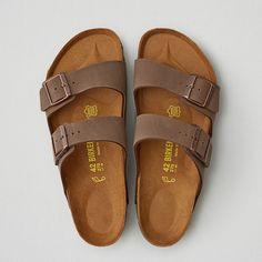 Birkenstock Arizona Sandal (1,625 EGP) ❤ liked on Polyvore featuring men's fashion, men's shoes, men's sandals, brown, mens brown shoes and mens brown leather sandals