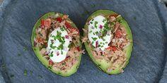 Virkelig nem og lækker opskrift på fyldte avocadoer med tun. Kan både spises til frokost, aftensmad eller som forret.