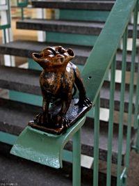 Zum Wochenende eine niedliche Affenfigur an dem Treppengeländer im Tierpark Berlin.  Erholt euch gut!   #treppen #smgtreppen #treppenstufen #treppengeländer #treppenbau #stahltreppen #holztreppen #designtreppen #architektur #interior #wirdenkenmit www.smg-treppen.de