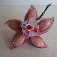Originales recuerdos para la boda con almendras.   Las Flores de Almendra son la forma más especial y elegante de entregar las almendras com...
