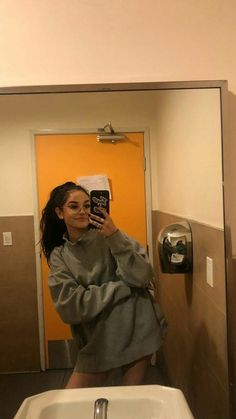 uk Source by marasophiee sweater outfit Maggie Lindemann, Aesthetic Photo, Aesthetic Girl, Shotting Photo, Snapchat Girls, Jugend Mode Outfits, Selfie Poses, Insta Photo Ideas, Tumblr Girls