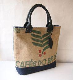 世界の各地から珈琲豆を入れて旅した麻袋で作ったバッグです。ブラジルの文字と珈琲の木のモチーフで、内布はブルーのストライプです。片面は紺のデニム、持ち手はダーク...|ハンドメイド、手作り、手仕事品の通販・販売・購入ならCreema。