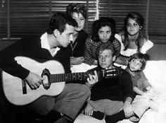 """Roberto Carlos e Juca Chaves """"Bebeto & Juca. Aí estão reunidos numa só foto - que promete ser rara - dois cantores da muito decantada 'bossa  nova': Roberto Carlos (de violão em punho), Juca Chaves e alguns fãs""""  Rio de Janeiro, 9 de novembro de 1960. Correio da Manhã"""