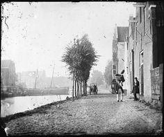 Amsterdam, 1861 - Zoutkeetsgracht 4-54  Gezien in westelijke richting naar Smallepadsgracht en Westerplantsoen, vóór de sloop van huizen voorafgaand aan de bouw van de Amsterdamsche Meel- en Broodfabriek. Rechts: Hendrik Outmans.