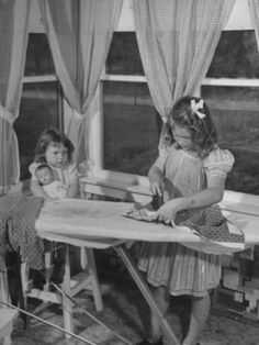 Pretend play, busy kids doing the housework, great, imaginative play for little children. Simple play ideas from vintage photos Vintage Pictures, Old Pictures, Old Photos, Life In The 1950s, Retro, My Childhood Memories, American History, American Symbols, American Women