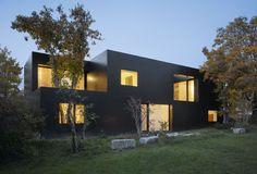 btob architects schwarzes Betonhaus Gesamtansicht