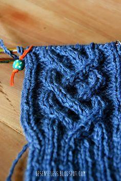Cappello blu con trecce lavorato a maglia - Blue knitting cables hat - besenseless.blogspot.com