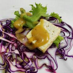 Insalatina di cavolo rosso con tofu fritto e crema di arachidi. Aperitivo 100% vegan