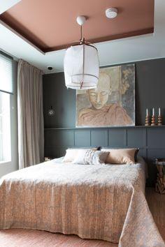 Sängyn takana on kapea hyllysyvennys, johon mahtuu taideteoksia ja sisustusesineitä. Seinän meille teki Puusepänverstas Seppo Kangas. #yitasuntomessut #yitviherperhe #asuntomessut #asuntomessut2014