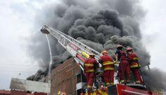 El incendio en #LaVictoria que los bomberos aún no pueden controlar [FOTOS]