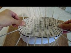 Newspaper Basket, Newspaper Crafts, Paper Basket Weaving, Fun Crafts, Diy And Crafts, Baby Baskets, Tatting Jewelry, Upcycled Crafts, Paper Straws