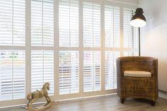 Witte shutters; dé raamdecoratie trend van dit moment! Door het ruime aanbod en de vele toepassingsmogelijkheden zijn shutters geschikt voor ieder raam, in iedere ruimte. Shutters, Ramen, Home Appliances, Curtains, Bed, Home Decor, Green Houses, Window Shutters, Electrical Appliances