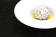 """Autour de la passion : Jonathan Blot rend visite au chef patissier du Meurice, Cedric Grolet, qui lui a préparé son dessert à la coco : """"Le Pompom"""". #GDMR #coco #JonathanBlot #chef #recette ©Marie ETCHEGOYEN/TEVA"""