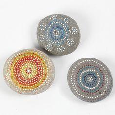 At male på sten med Skrib Markers Posca, Markers, Decorative Bowls, Crafts, Diy, Google, Stone, Dekoration, Sharpies