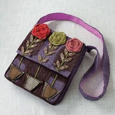 cover round box flowers on lid put small legs on. Thinking this would like good on a denim purse. Felt Purse, Felt Bags, Felted Wool Crafts, Felt Embroidery, Art Bag, Handmade Purses, Patchwork Bags, Fabric Bags, Beautiful Bags