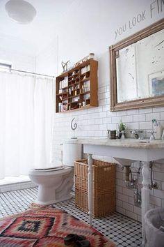 Invista em tapetes estilosos e instale prateleiras