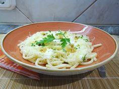 Egyszerű, gyors tésztaétel, tálaláskor egy kis reszelt parmezánnal megbolondíthatod! Cheddar, Spaghetti, Ethnic Recipes, Food, Cheddar Cheese, Essen, Meals, Yemek, Noodle