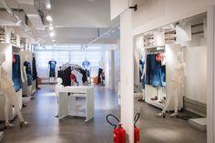 #NoVarejoPeloMundo O Sebrae SP montou uma loja conceito na região do Brás, em SP, para ajudar os varejistas a entenderem melhor como é gerir uma loja. O espaço é parte do ponto de atendimento do Sebrae-SP na região. A ideia é capacitar os lojistas do ramo de moda.