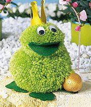 Pompon basteln: Dieser flauschige Froschkönig aus Pompons ist ein tolles Geschenk für Freunde. So können Sie den Frosch mit Pompons ganz leicht selbst basteln.                                                                                                                                                                                 Mehr